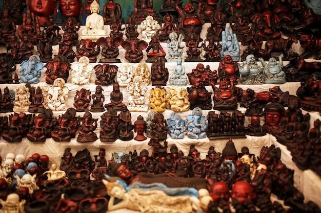 観光客のためのナイトマーケットのカウンターでインドの神のお土産 Premium写真