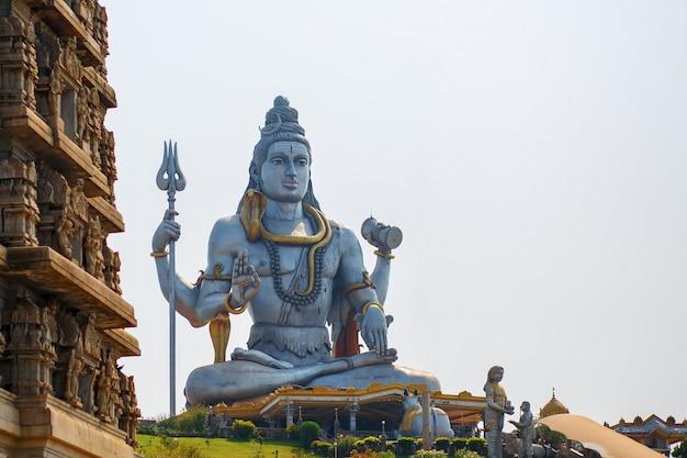 インド、カルナータカ州ムルデシュワルにあるシヴァ神の像。 Premium写真