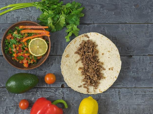 牛ひき肉と食材を使ったメキシコのトルティーヤ Premium写真