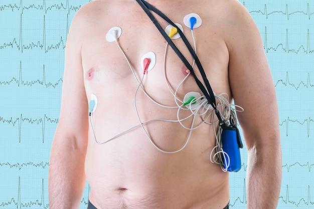 男は心電図の背景に心臓検査を受けます。 Premium写真