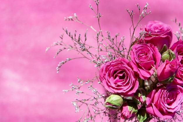 ピンクのスプレーバラの花束の上から見る Premium写真