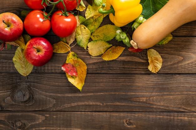 秋の収穫、野菜、古い木製の背景上の果物 Premium写真