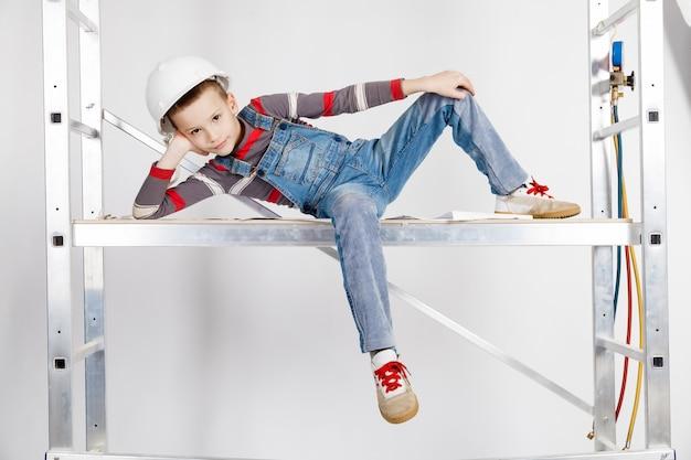 Мальчик строитель в каске Premium Фотографии
