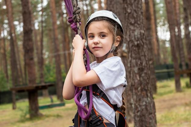 森の中の保険に掛かっている女の子登山家 Premium写真
