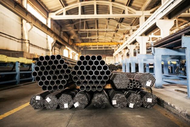 倉庫の金属パイプ、工業用倉庫の金属パイプの行。 Premium写真