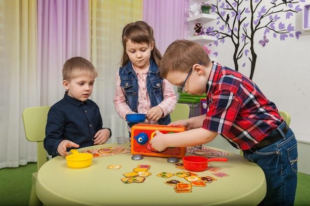 Дети играют в настольные игры Premium Фотографии