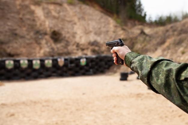 銃を持つ男の手 Premium写真