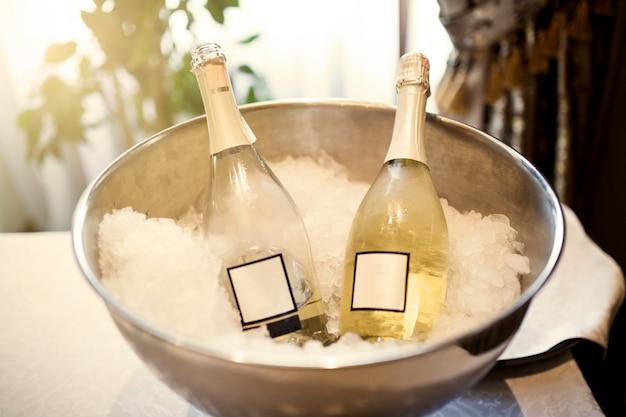 Бутылки с шампанским во льду Premium Фотографии