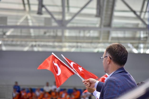 スポーツイベントでのフラグとトルコのファン Premium写真