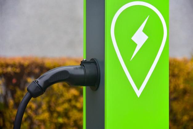 Зарядная станция в городе для электромобилей Premium Фотографии