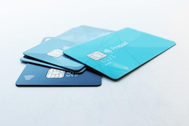 複数のクレジットカードセレクティブフォーカスコンセプト - ファイナンス、ビジネス、キャッシュレス支払い。 Premium写真