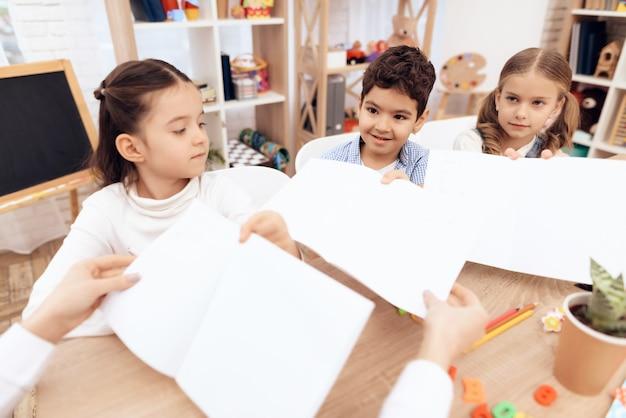 幼稚園の子供たちは絵を見せています。 Premium写真