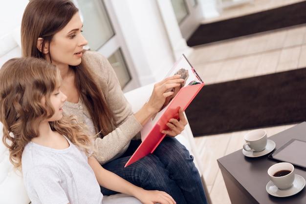 娘と魅力的な母親は、散髪のスタイルを選択します。 Premium写真