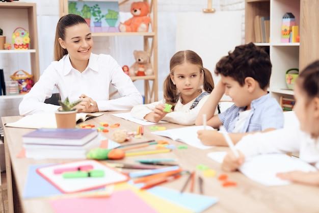 子どもたちは学校のクラスで手紙を勉強します。 Premium写真