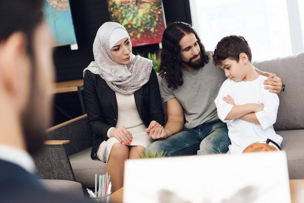 心理学者とのセッションでアラブの若い家族。 Premium写真