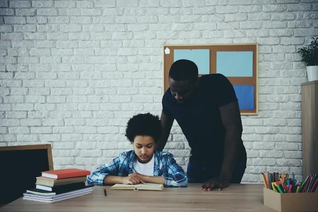 Афро-американский отец-одиночка вместе с сыном Premium Фотографии