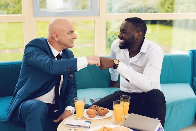 男性は衣装を着て部屋で食事をしています。 Premium写真