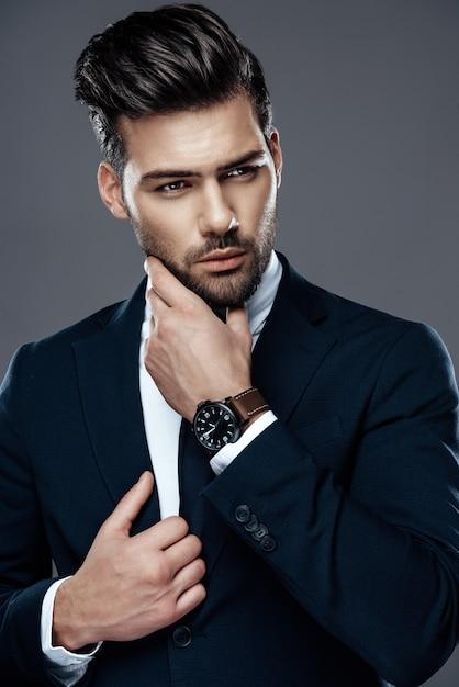 高価なスーツでハンサムで成功した男。 Premium写真
