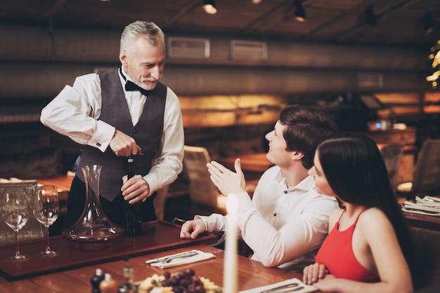 ハンサムな男女のレストランでデート。 Premium写真