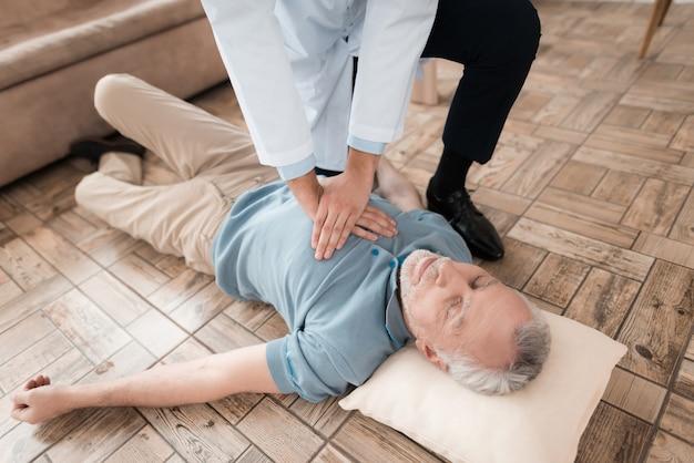 介護医師は、パルスなしで生活老人を救います。 Premium写真