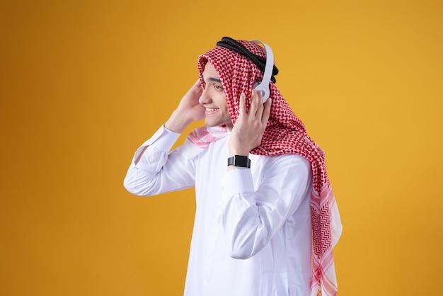 アラブ人が分離した音楽を聴いてポーズします。 Premium写真