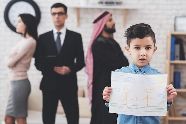 息子は幸せな絵で立っています、両親は主張しています。 Premium写真