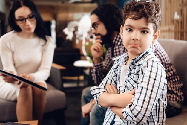 Психотерапевт - женщина. сын расстроен и недоволен. Premium Фотографии