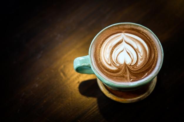 Домашнее горячее свежее какао с узорчатой белой пеной молока на поверхности в чашке. Premium Фотографии