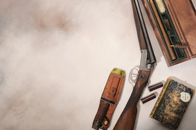 Концепция охоты с дробовиком, ножом и боеприпасами для охоты. Premium Фотографии