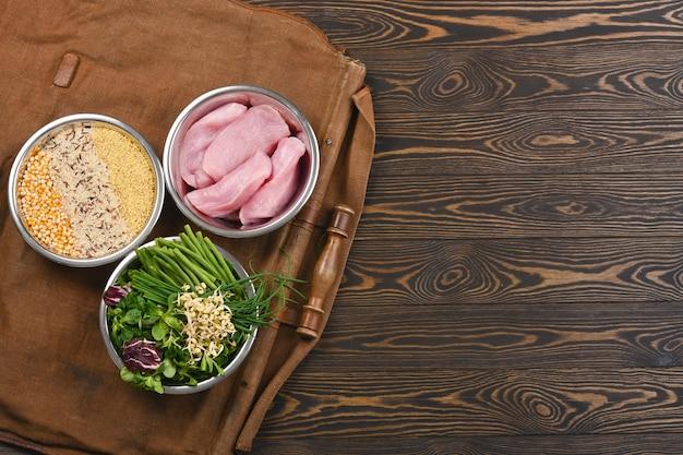 個々のボウルの健康なペットフードの原料のための自然な原料 Premium写真