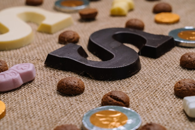 Традиционная еда для голландского праздника синтерклаас. шоколадное письмо, конфеты строоигоед Premium Фотографии