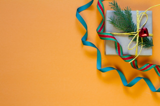 Подарочная коробка, завернутая в переработанную бумагу и рождественский декор Premium Фотографии