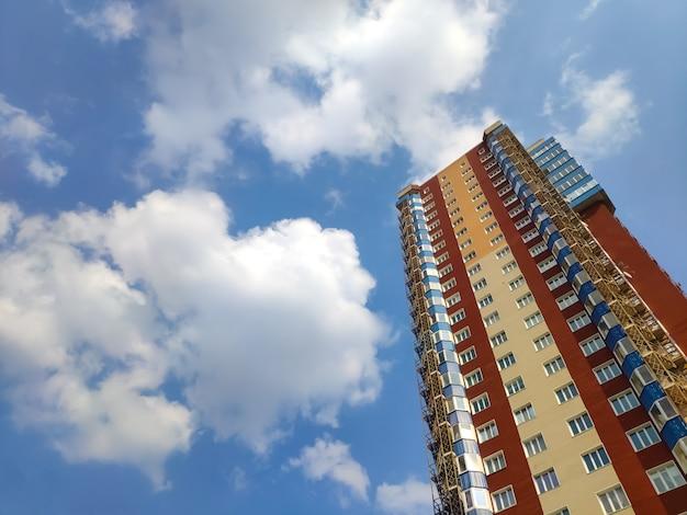 バルコニーと青い空とモダンなアパートメントの新しいブロック Premium写真