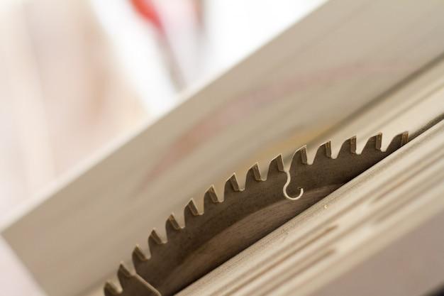 丸鋸の歯とディスク表面のクローズアップ Premium写真