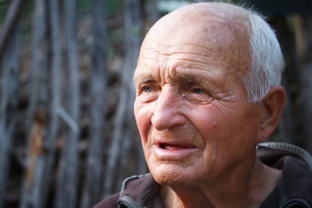 非常に老人のクローズアップの肖像画 Premium写真