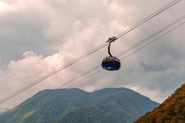 クラスナヤポリヤナの山と索道 Premium写真