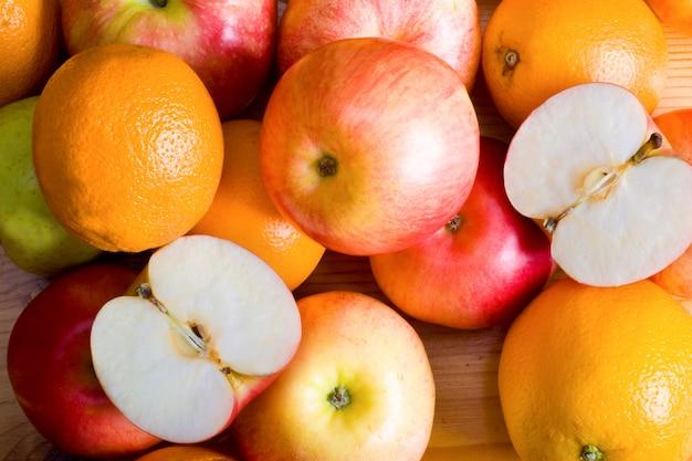 市場のリンゴとオレンジ Premium写真