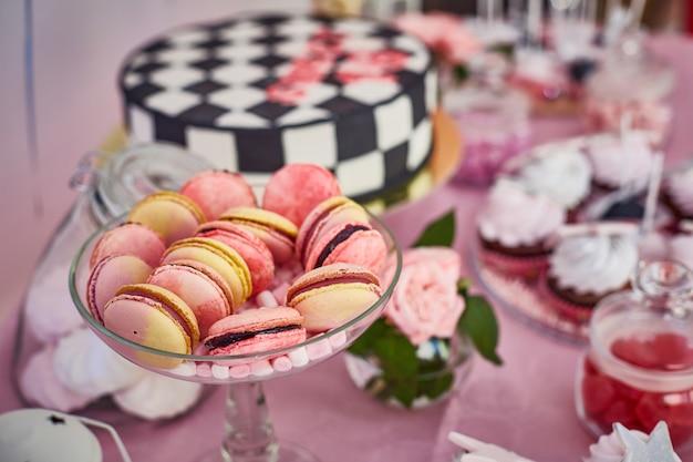 Макро пирожные на шоколадном батончике Premium Фотографии