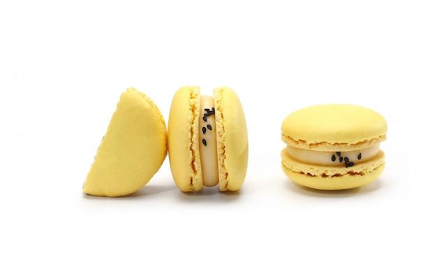 黄色のおいしい自家製の伝統的なフランスのマカロンまたはマカロン-エレガントなフランスのデザート。 Premium写真