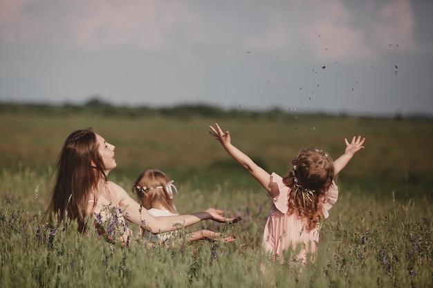 美しい母親そして彼女の小さな娘は屋外で。自然。幸せな家族の屋外のポートレート。美の母と彼女の子供が一緒に公園で遊んでいます。母の日おめでとうございます。ママとベイビー Premium写真