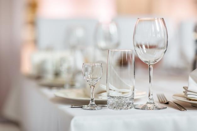 レストランで空のグラスの写真を閉じます。セレクティブフォーカス。テーブルの上の空のグラス Premium写真