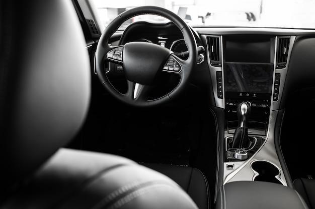 スタイリッシュな車のインテリア、革のインテリアの詳細 Premium写真