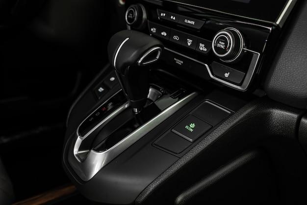 スタイリッシュな車のインテリア、革のインテリアの詳細。自動変速機 Premium写真