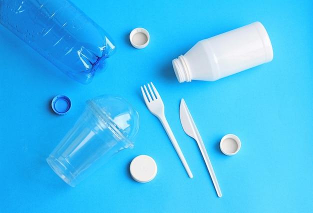 中古プラスチック使い捨て食器 Premium写真