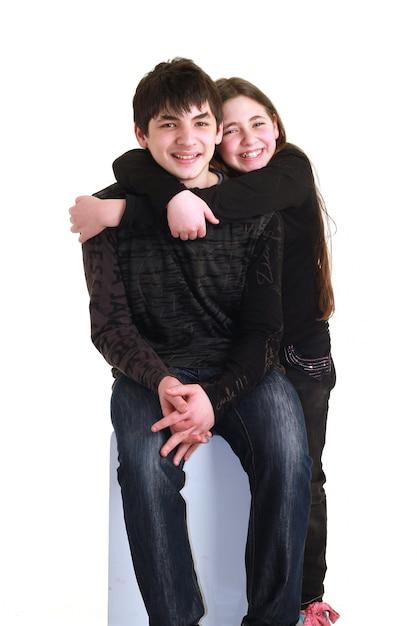 お互いを抱いて子供たちのカップル Premium写真