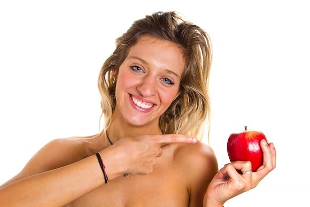 Красивая девушка с красным яблоком Premium Фотографии