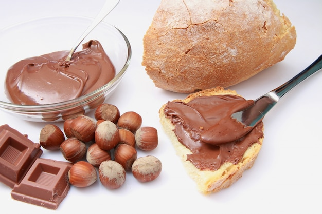 ヘーゼルナッツとチョコレートクリームのパン Premium写真