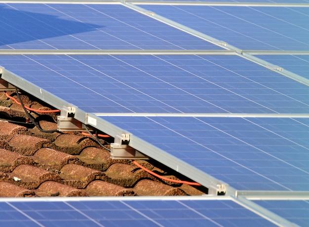 屋根の上の太陽電池パネル Premium写真