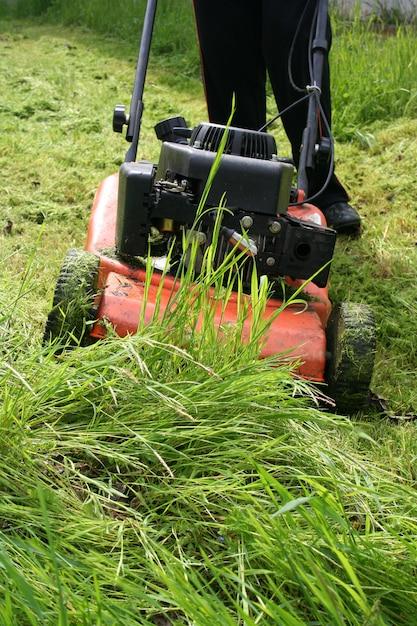 フィールド上の芝刈り機 Premium写真
