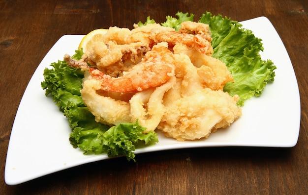 揚げ魚の混合物 Premium写真